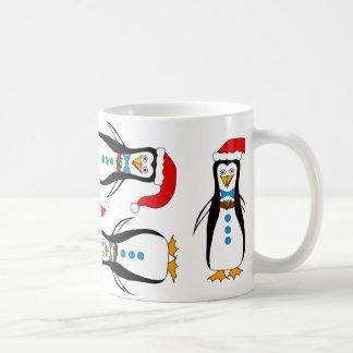 Diseño chistoso del pingüino en la taza del