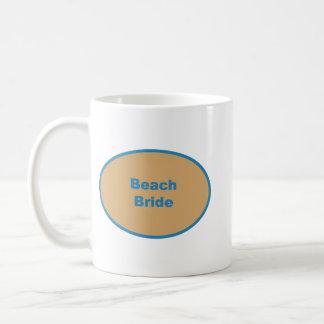 Diseño circular azul de la novia de la playa taza clásica