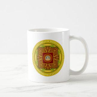 Diseño circular de la mandala de la caja de oro taza básica blanca
