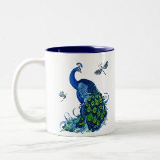 Diseño clásico del pavo real y de la libélula taza dos tonos