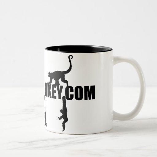 Diseño colgante del mono en la taza de café