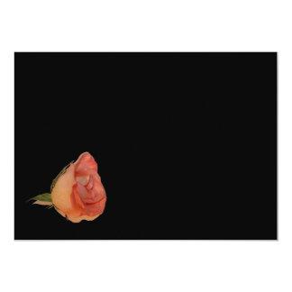 Diseño color de rosa rosado del fondo del negro de invitacion personalizada
