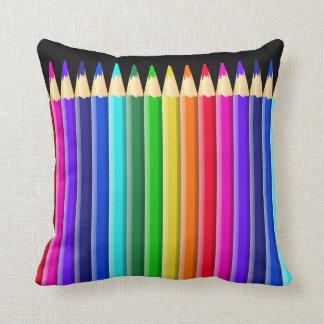 Diseño coloreado arco iris grande del creyón cojín decorativo