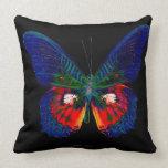 Diseño colorido de la mariposa contra el contexto cojín