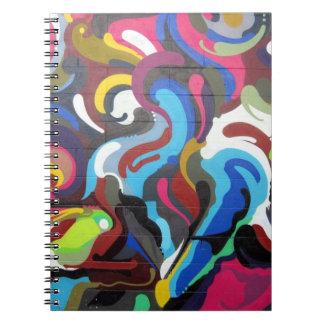 Diseño colorido de la pintada de los remolinos en libro de apuntes con espiral