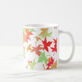 Diseño colorido de las hojas de otoño taza básica blanca