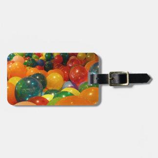 Diseño colorido del fiesta de los globos etiqueta para maleta