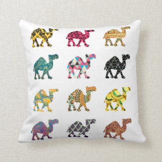 Diseño colorido lindo del camello cojin
