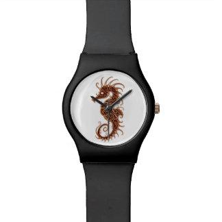 Diseño complejo del Seahorse de Brown en blanco Relojes De Pulsera