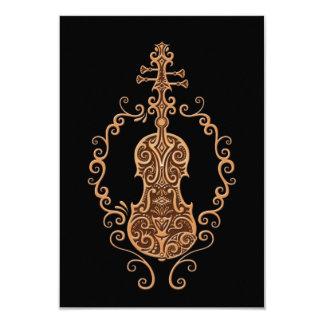 Diseño complejo del violín de Brown en negro Invitaciones Personales
