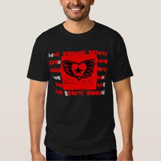 Diseño con alas de la pintada del corazón para el playeras