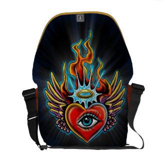 Diseño con alas ojo de observación del corazón del bolsas de mensajería