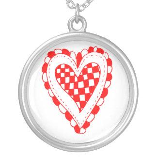 Diseño con volantes de los bordes del corazón rojo pendientes personalizados