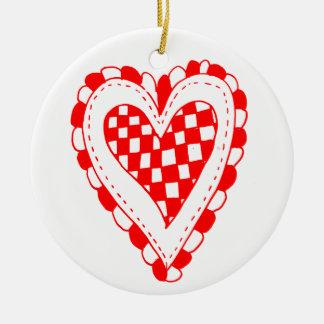 Diseño con volantes de los bordes del corazón rojo ornato