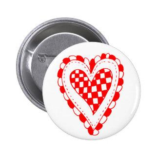 Diseño con volantes de los bordes del corazón rojo pin