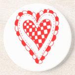 Diseño con volantes de los bordes del corazón rojo posavasos para bebidas