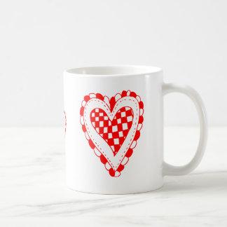 Diseño con volantes de los bordes del corazón rojo taza
