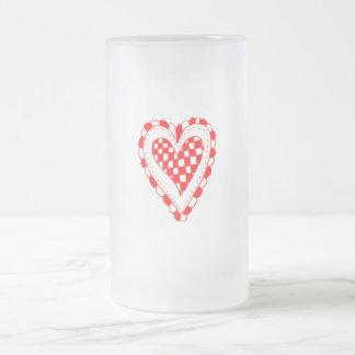 Diseño con volantes de los bordes del corazón rojo taza de cristal