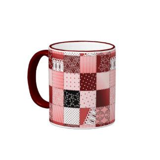 Diseño coralino y rojo del edredón de remiendo taza de café