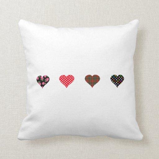 Diseño de cuatro corazones almohadas