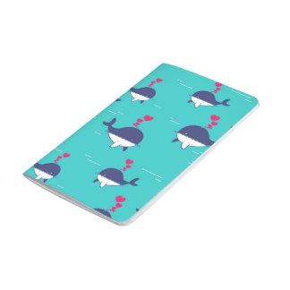 Diseño de la ballena azul con los corazones cuadernos