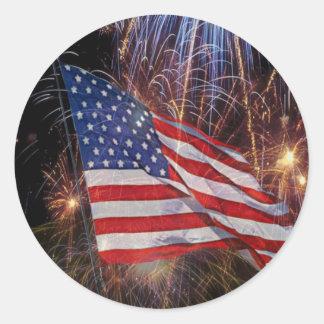 Diseño de la bandera americana y de los fuegos pegatina redonda