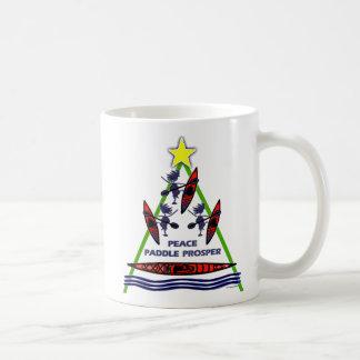 Diseño de la canoa del kajak de la paleta del día  taza de café