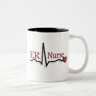 Diseño de la enfermera QRS del ER Taza Dos Tonos