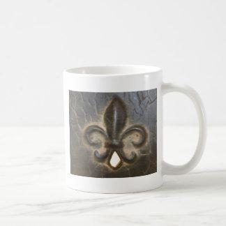 Diseño de la flor de lis taza básica blanca