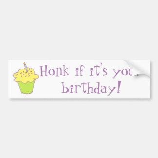 Diseño de la magdalena del cumpleaños pegatina para auto