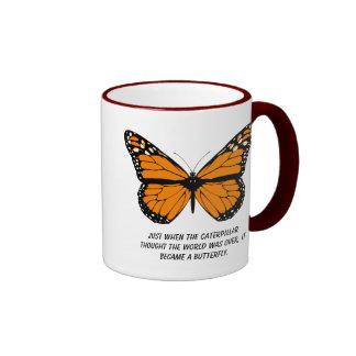Diseño de la mariposa con citas sobre vida taza de café