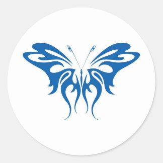 Diseño de la mariposa del cordón de la tinta azul pegatina redonda