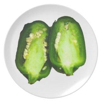 Diseño de la pimienta verde de las mitades de la p plato