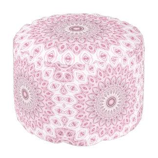 Diseño de las flores del caleidoscopio en rosa y puf redondo