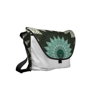 Diseño de las flores del caleidoscopio en verde y bolsas messenger