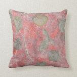 Diseño de las hojas del rosa en papel seda rojo almohadas