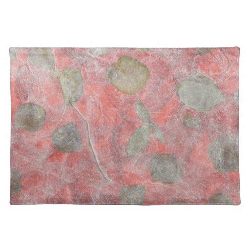 Diseño de las hojas del rosa en papel seda rojo manteles