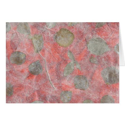 Diseño de las hojas del rosa en papel seda rojo felicitaciones