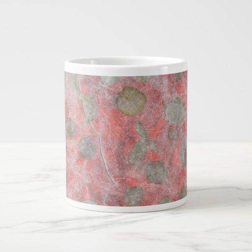 Diseño de las hojas del rosa en papel seda rojo taza jumbo
