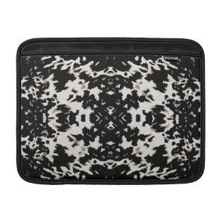 Diseño del adorno de la moda de Calista en negro Fundas Macbook Air