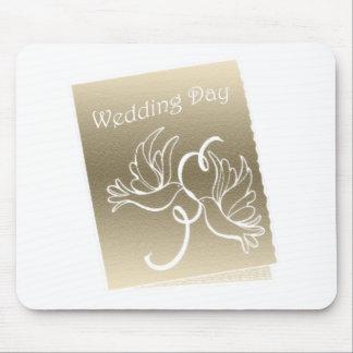 Diseño del arte de las palomas del boda alfombrilla de ratones