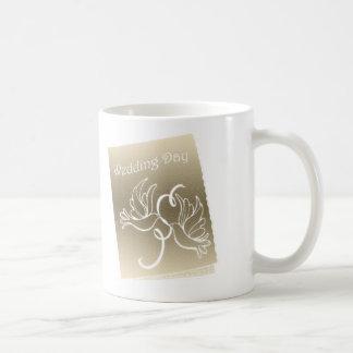 Diseño del arte de las palomas del boda taza de café