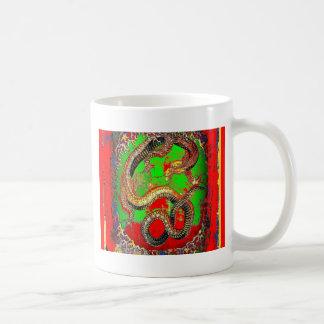 Diseño del arte del DRAGÓN rojo y verde por Taza Clásica