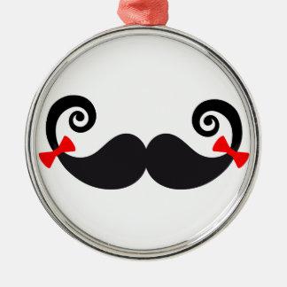 Diseño del bigote con los arcos rojos adorno navideño redondo de metal