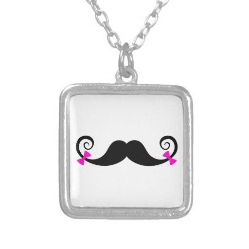 Diseño del bigote con los arcos rosados joyeria