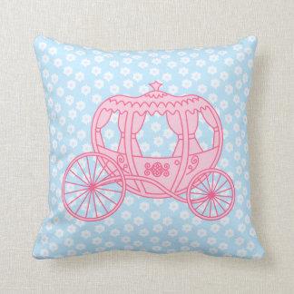 Diseño del carro del cuento de hadas en rosa y azu cojín