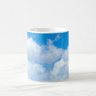 Diseño del cielo de los cielos del fondo de las taza de café