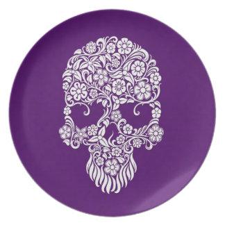 Diseño del cráneo de las flores blancas y de las v plato