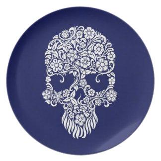 Diseño del cráneo de las flores blancas y de las v plato de comida