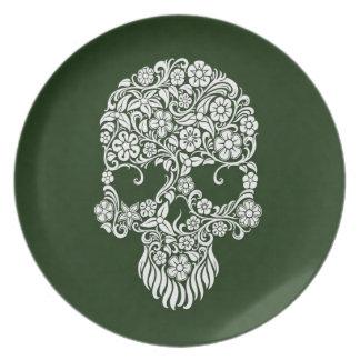 Diseño del cráneo de las flores blancas y de las v plato para fiesta